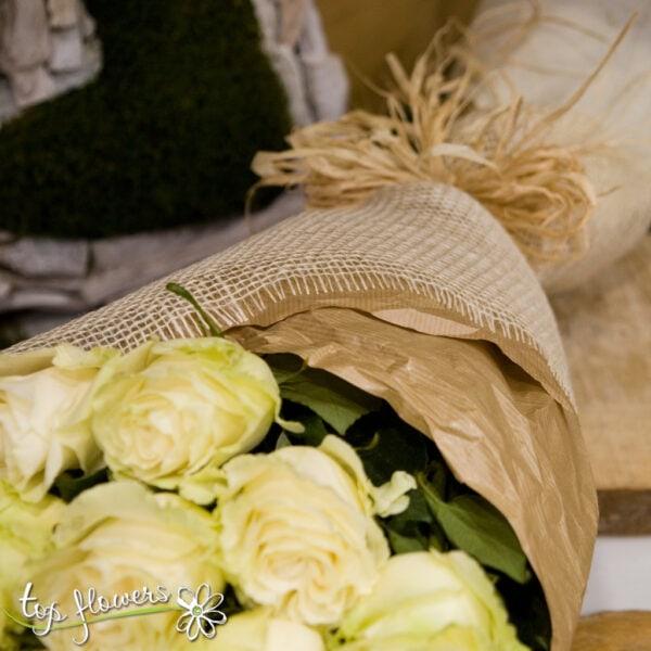 Класически букет от 11 бели рози