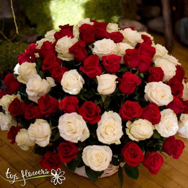 Кошница 101 червени и бели рози