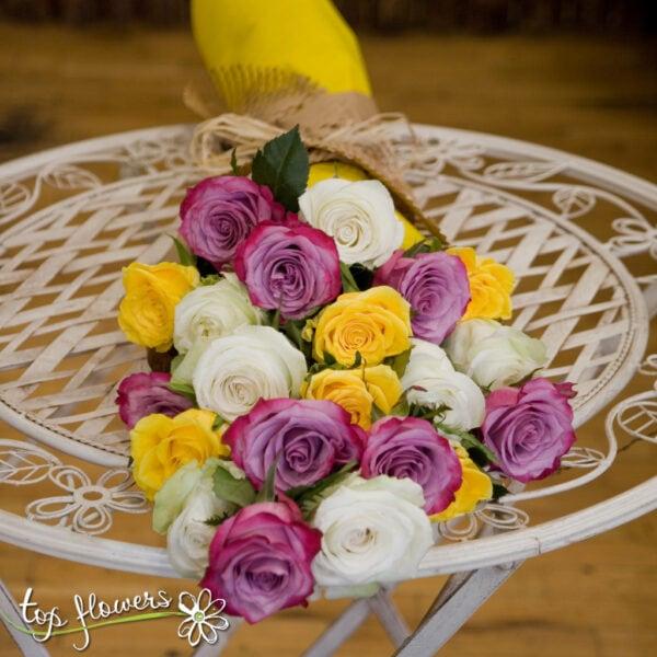 Класически букет от 11 разноцветни рози
