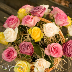 Basket of 25 multicolored roses mix