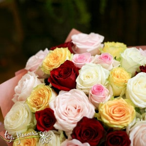 kragal buket ot 31 raznotsvetni rozi 01